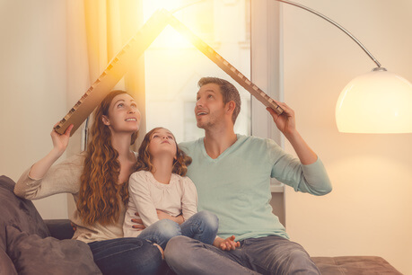 Familie plant einen Hausbau